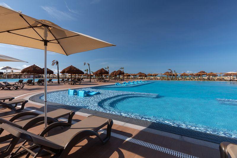 diagonal-piscina-cadeiras-sol