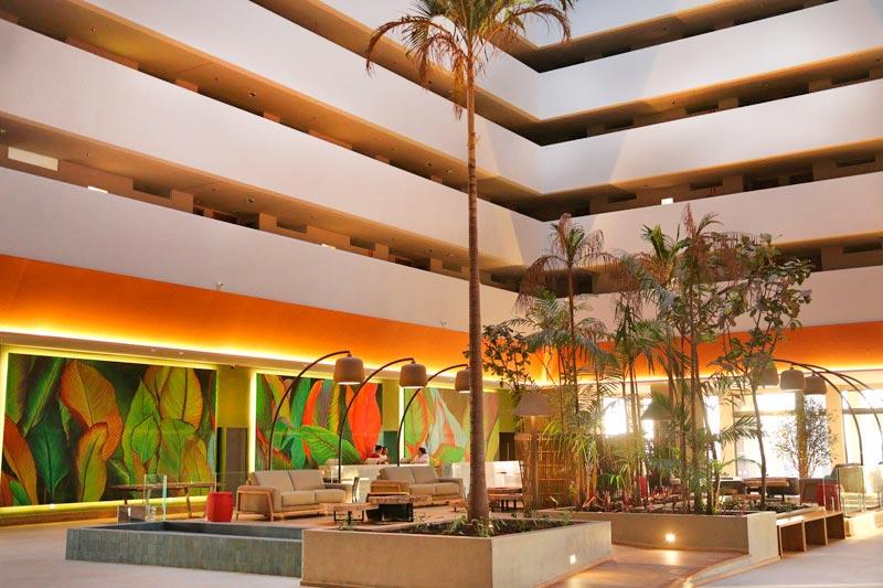 Lobby central com detalhes nas decoracoes de jardinagem e pintura
