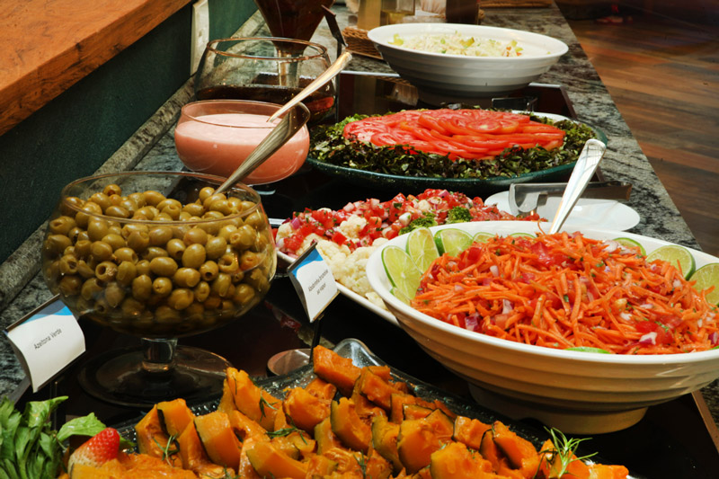 Vista buffet com detalhes nos pratos ricos em vegetais