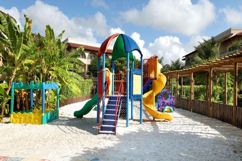 Ala externa para crianças com playground e espaço protegido