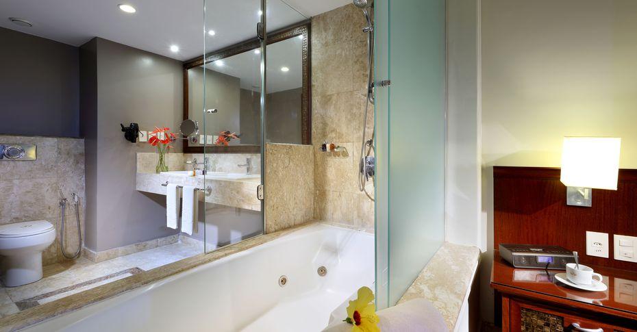 Banheira instaladas próximo as camas