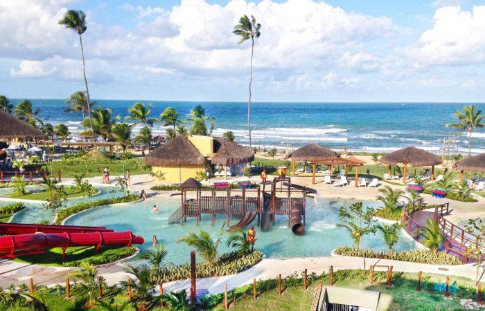 Vista aérea parque infantil frente mar