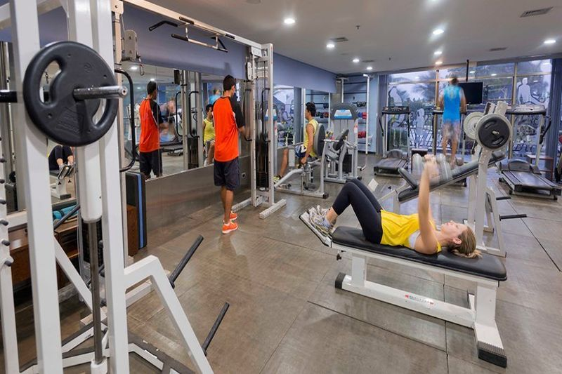 Academia com diversos aparelhos para atividades físicas