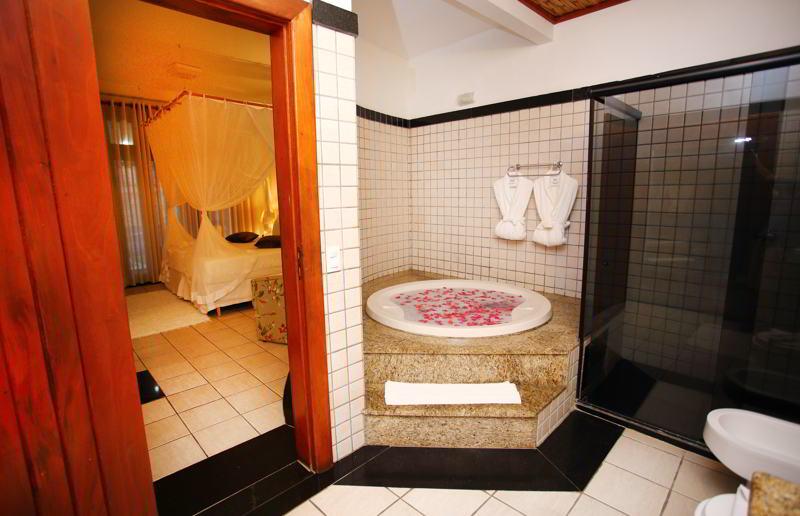 Acomodações com banheira onde pode ser solicitado até amenities