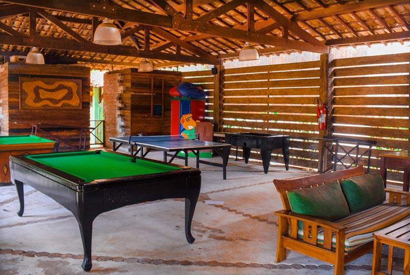 Ambientes cobertos onde possui jogos como bilhar e ping-pong