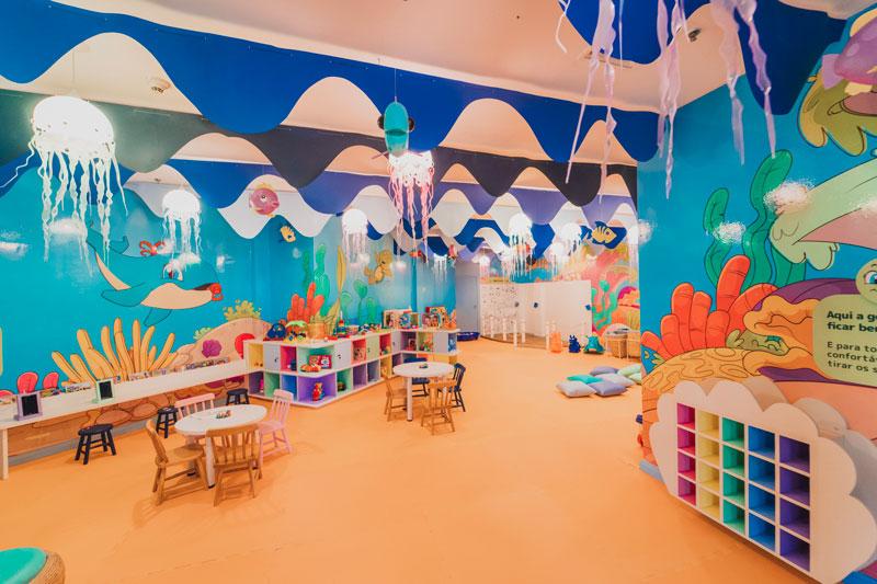 Área para crianças com diversão e monitoramento pelos profissionais