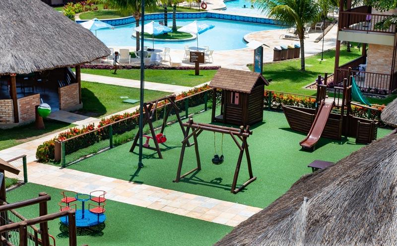 Área para diversão dos pequenos com proteção e monitoria