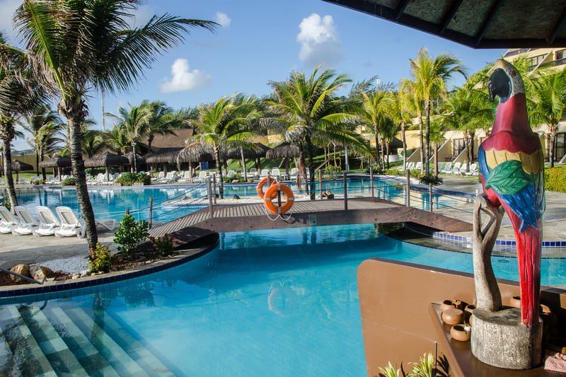 Área piscina com decoração de lazer na lateral bar molhado