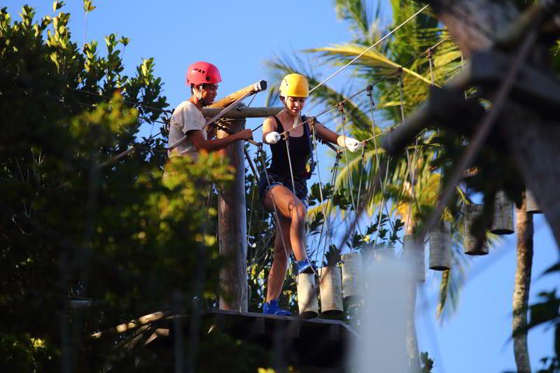 Arvorismo esta entre as atividades disponíveis no resort, trazendo junto monitoria para evitar acidentes