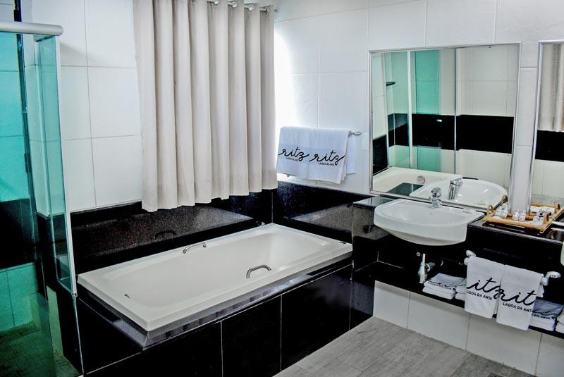 banheiro com banheira com detalhes das amenidades