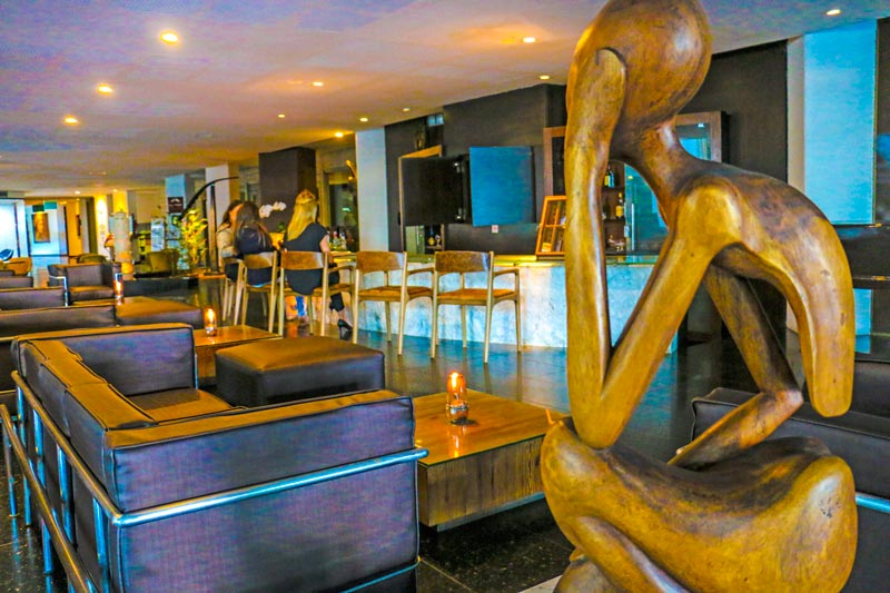 Bar com atendimento contendo drinks nacionais e internacionais