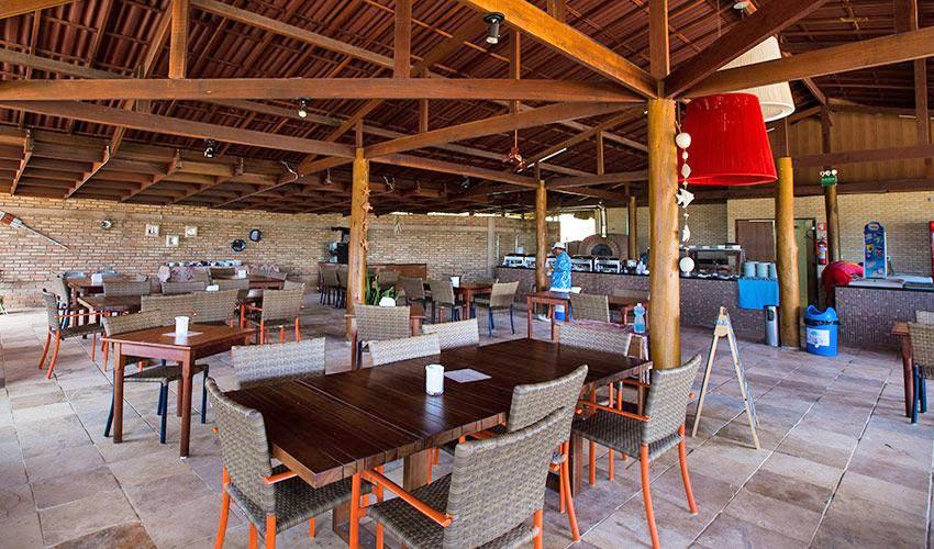 Bar Marujada com mesas postas e bar ao fundo