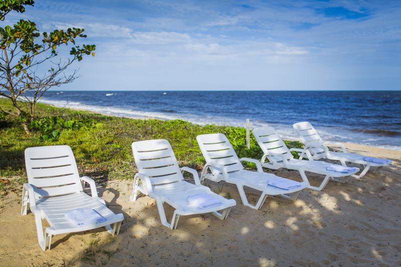 cadeiras e espreguiçadeiras em frente praia