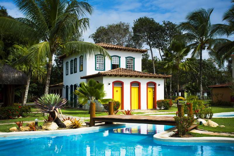 Colonial piscina e fachada colonial