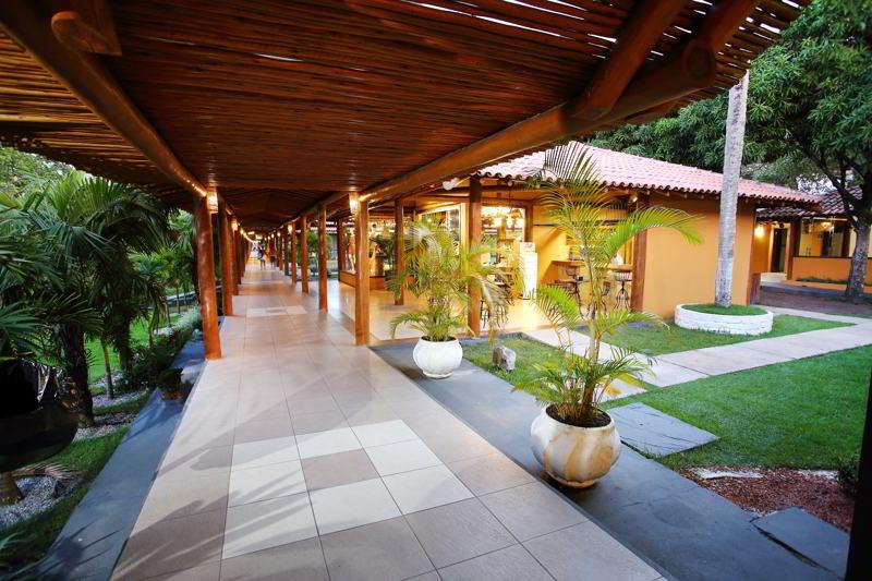 corredores cobertos na parte interna do resort