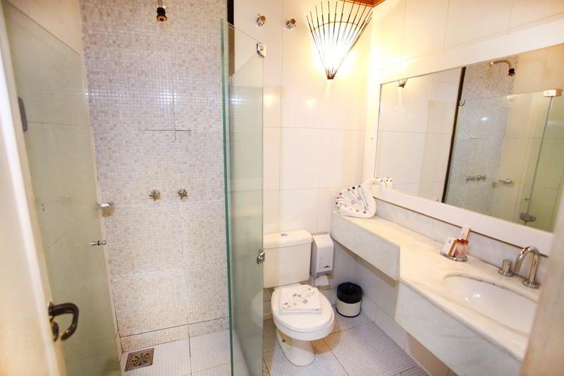 Detalhes do banheiro da acomodação com secador