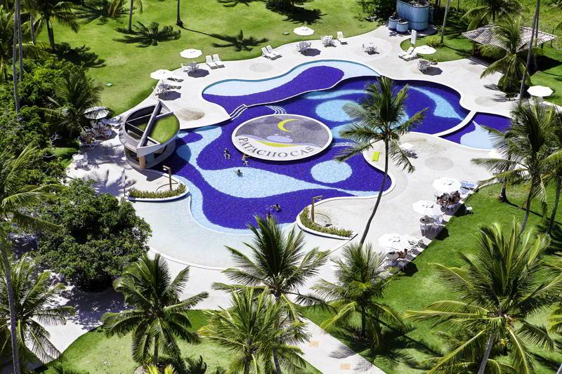 Vista aérea com detalhes do resort entorno piscina