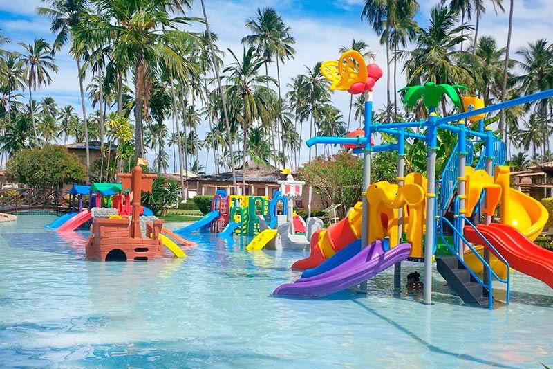 Diversão na água para crianças com playground
