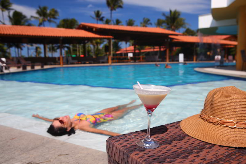 Drinks servidos a beira da piscina