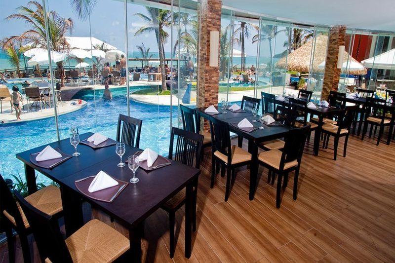 Espaço de refeição frente piscina