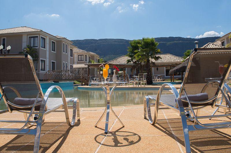 espreguicadeiras-piscina-frente-para-montanhas