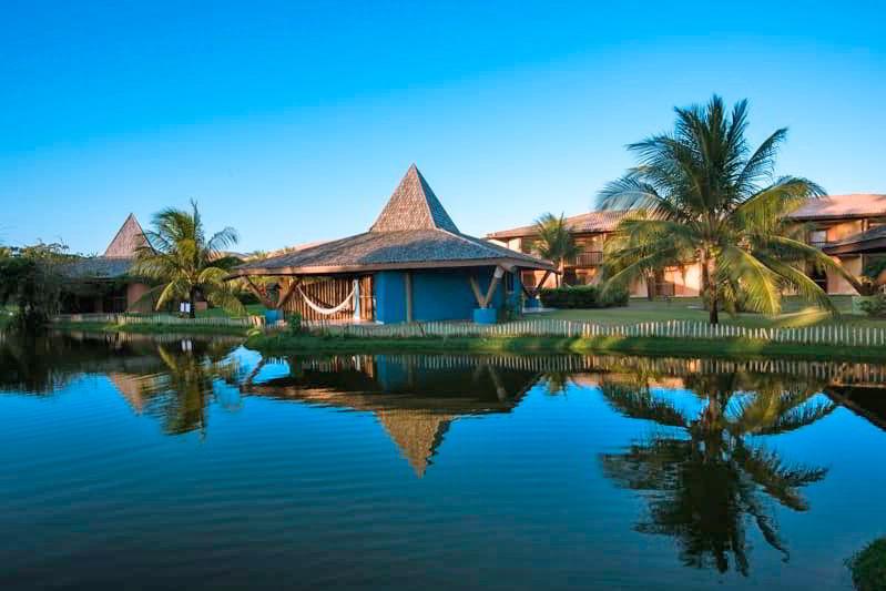 Exteriores bangalôs rodeados por lagos artificiais