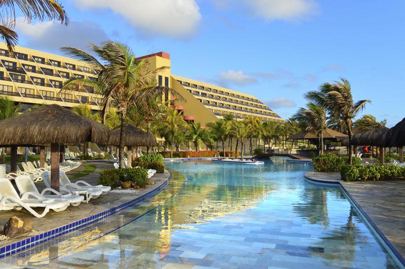 Grande fachada do Natal Resort pegando piscina