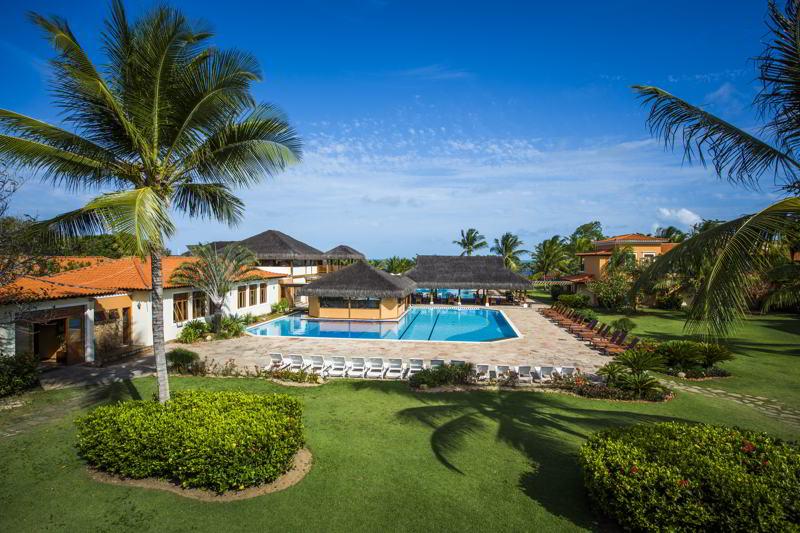 Hotel vista lateral panorâmica com detalhes da piscina e natureza