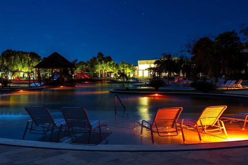 iluminacao-cadeiras-beira-piscina
