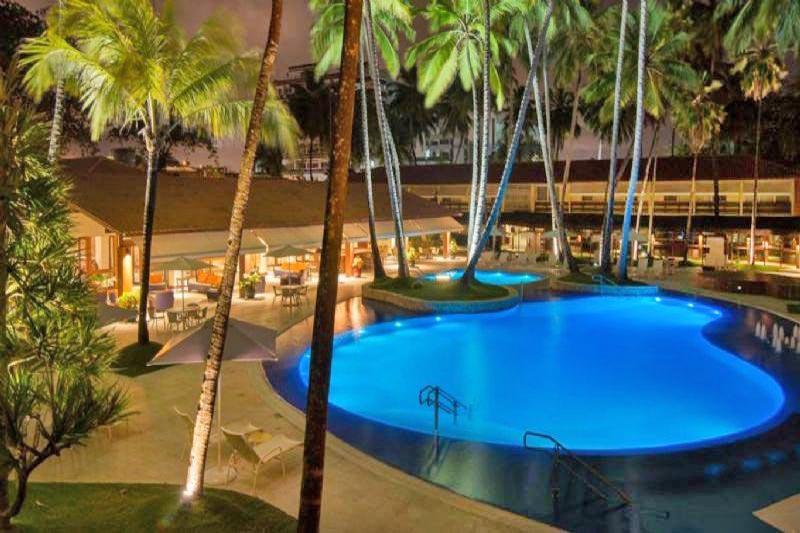 iluminação noturna da piscina com frente mar