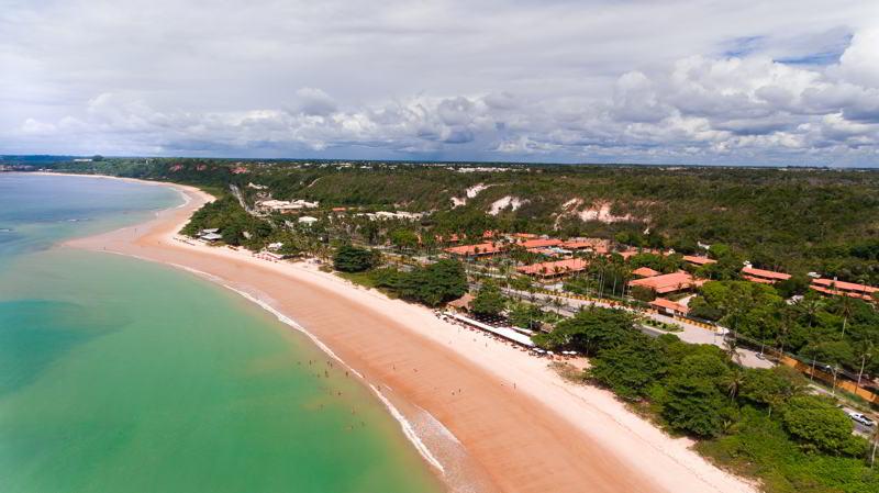 lateral mar com vista do resort ao fundo