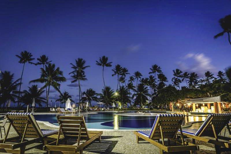 Noite com piscina iluminada pelo luar