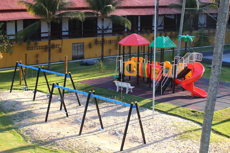 parquinho com monitores e playgrounds