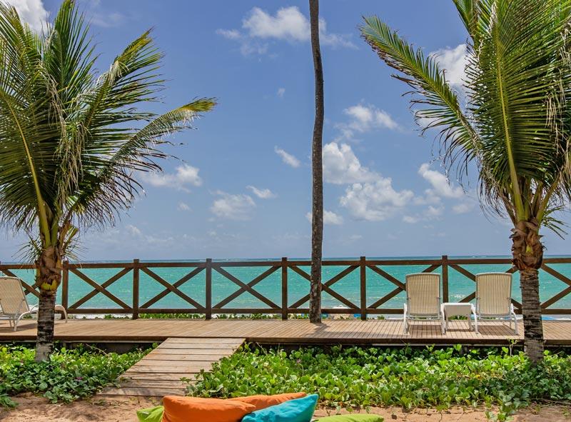 Pier frente mar traz espreguiçadeiras e uma vista espetacular das águas claras de maceió