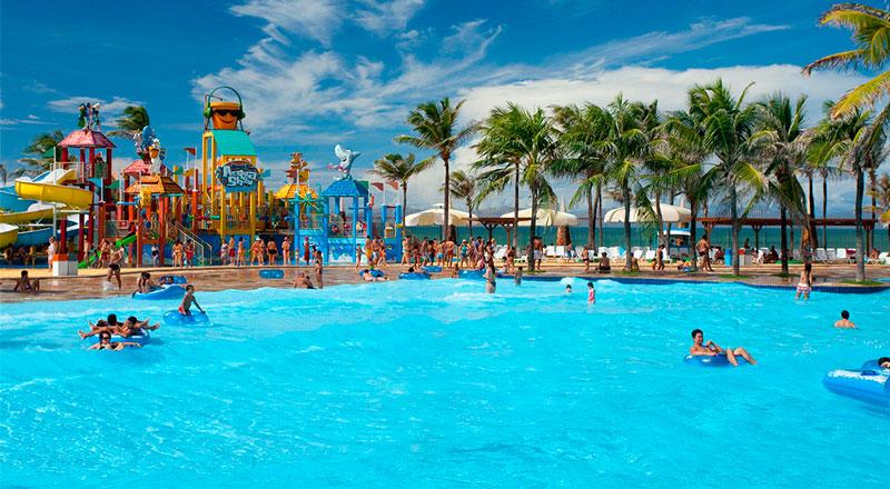 Piscina beach park com detalhes dos toboáguas ao fundo