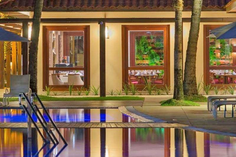 piscina com detalhes dos interiores noite
