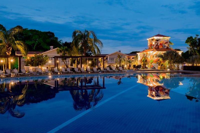piscina-frente-resort