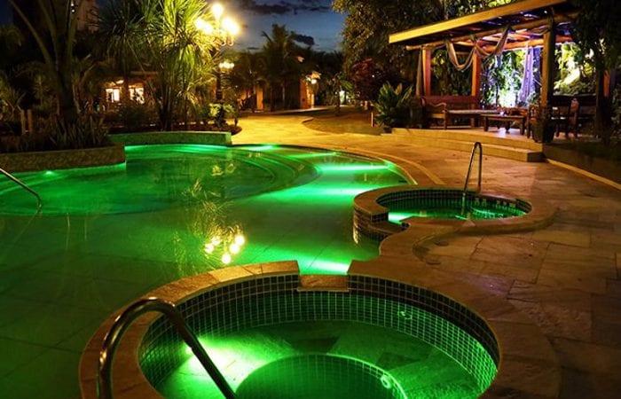 piscina-iluminacao-verde