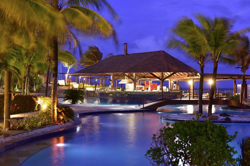 piscina iluminada noite