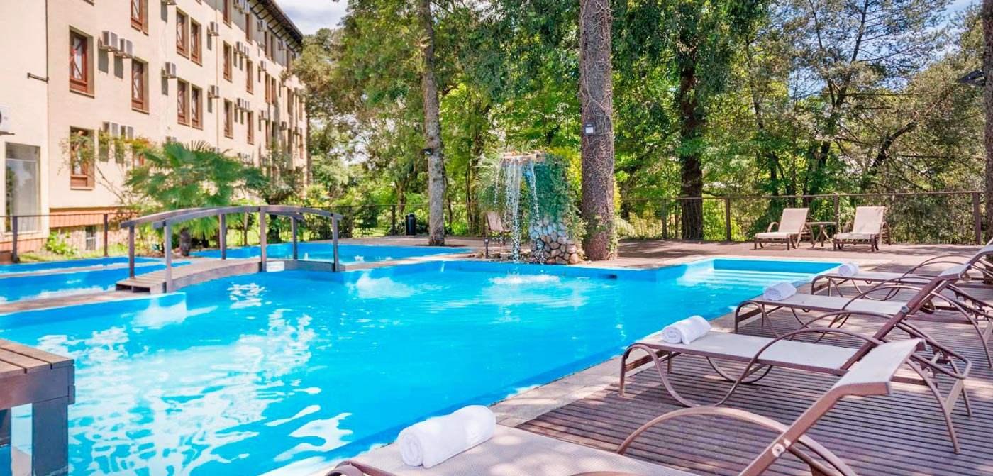 Wish Gramado com detalhes da principal piscina com vista para natureza