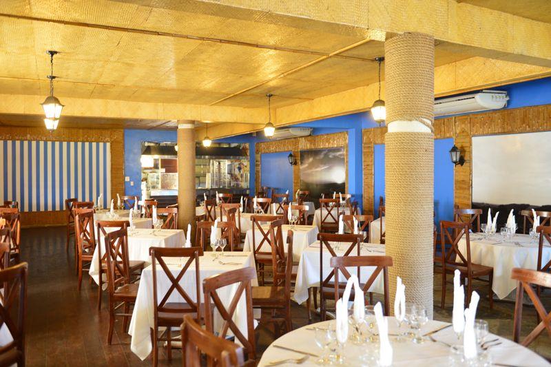 Restaurante amplo com mesas postas