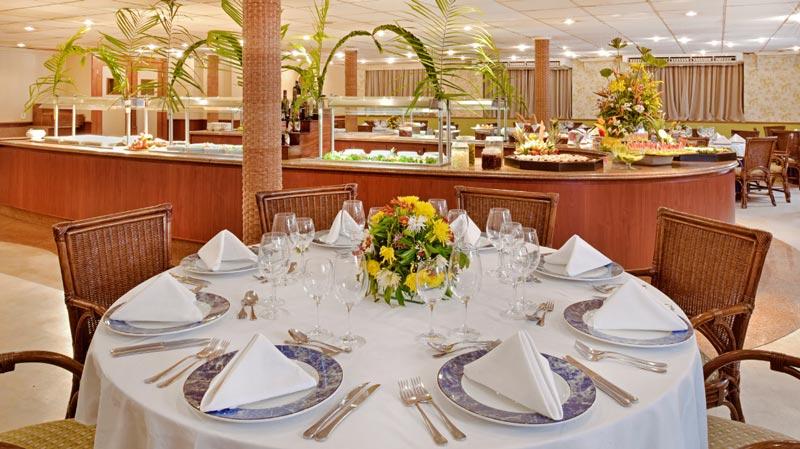 Restaurante buffet servidos com mesas postas