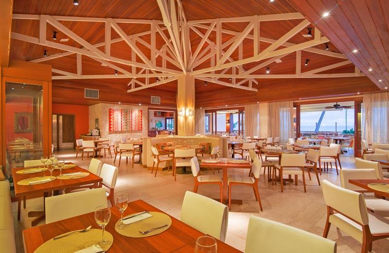 Restaurante Canoas com mesas postas para Janta