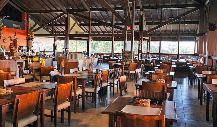 Restaurante Taieira com detalhes das mesas postas