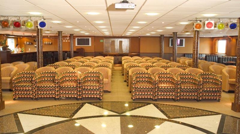 Salão para eventos com grande capacidade e serviços de bar
