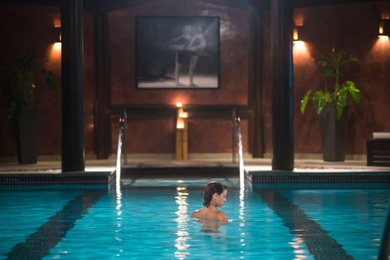 Spa com piscina aquecida trazendo calma para aqueles que desfrutam