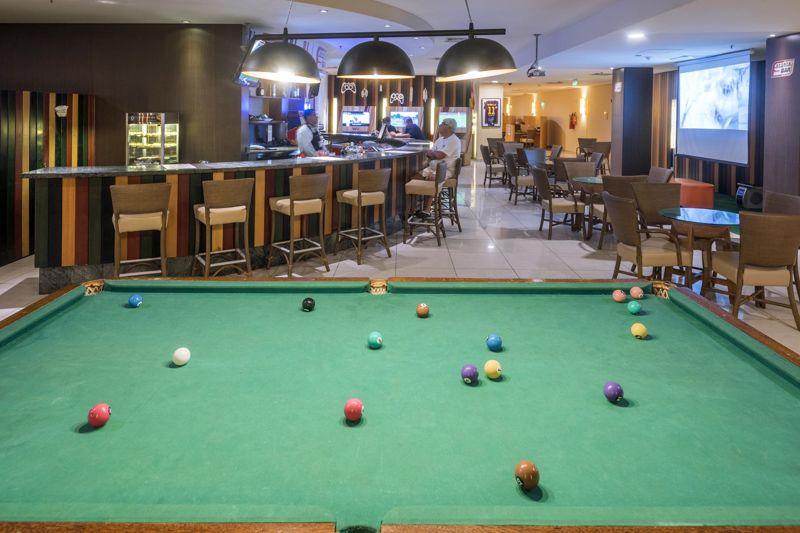 Sports Bar com sinuca e televisão