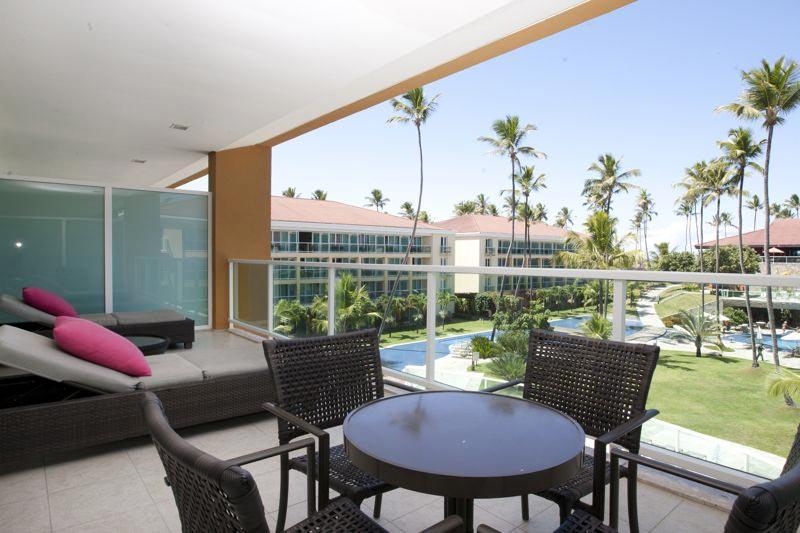 Suíte varanda com mesa e vista panorâmica central