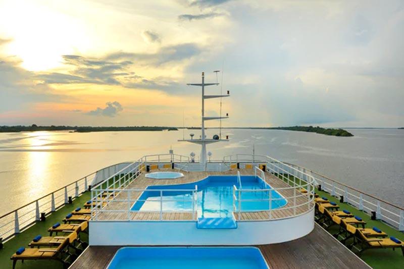 Vista aérea ala piscina com uma vista incrível