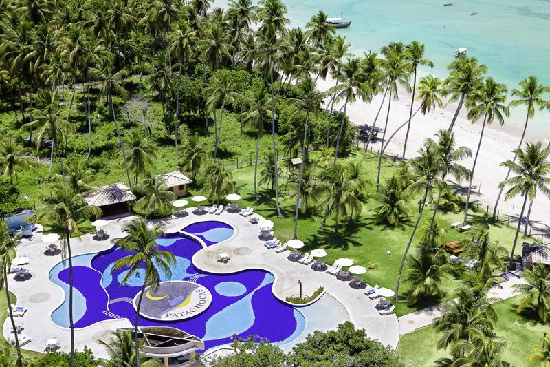 Vista diagonal aérea da piscina frente mar